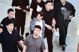 Kẹt xe, hỗn loạn vì Ji Chang Wook, cảnh sát dùng chích điện giải tán đám đông