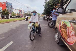 Người nghèo đạp xe đi nhận rau miễn phí, cơm 0 đồng